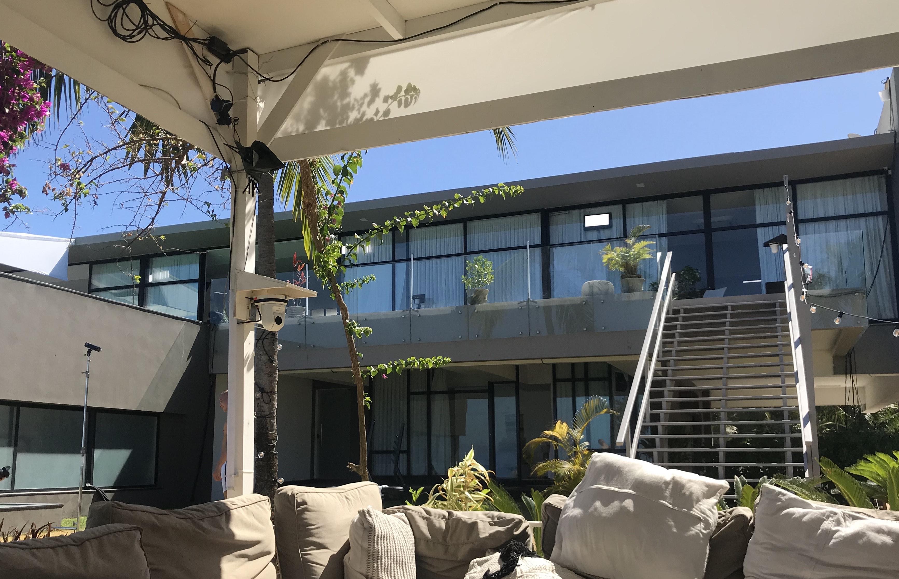 Her ses villaen fra loungeområdet, som er det primære opholdssted under festerne og hver gang at tabletten giver sine berygtede meddelelser. Det er også her at man finder skygge og læ fra solens varme stråler. Som det kan ses på billedet, så er det en enorm villa som deltagere kan boltre sig i gennem fjerde sæson af 'Ex on the Beach'