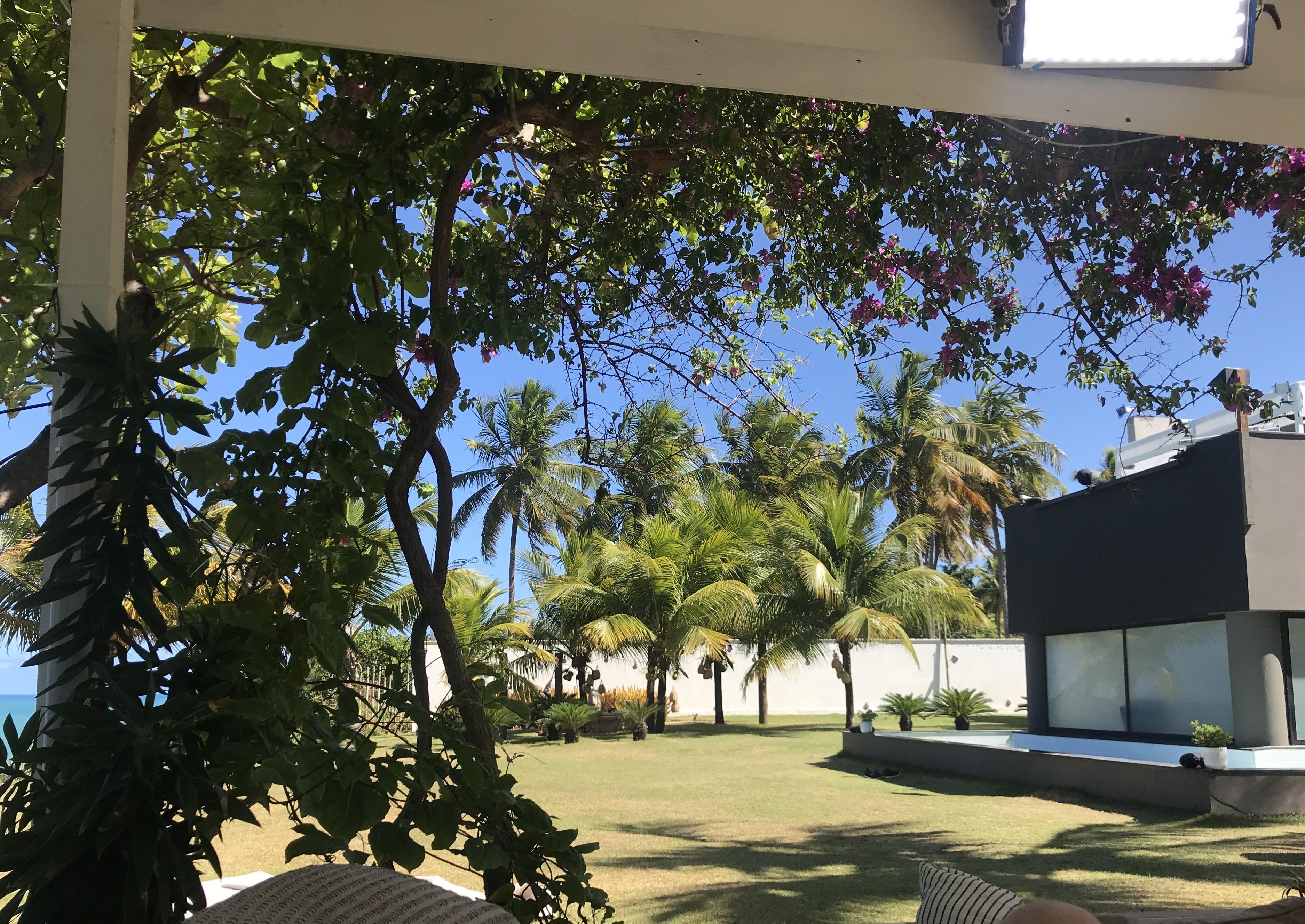 Her ses resten af haven og de mange opholdssteder, som der kan findes udenfor. Der er utallige steder hvor at de private samtaler kan foregå eller steder hvor at solens stråler kan slikkes på de smukke deltagere. Så smukke og flotte omgivelser er endnu ikke set før i 'Ex on the Beach'.
